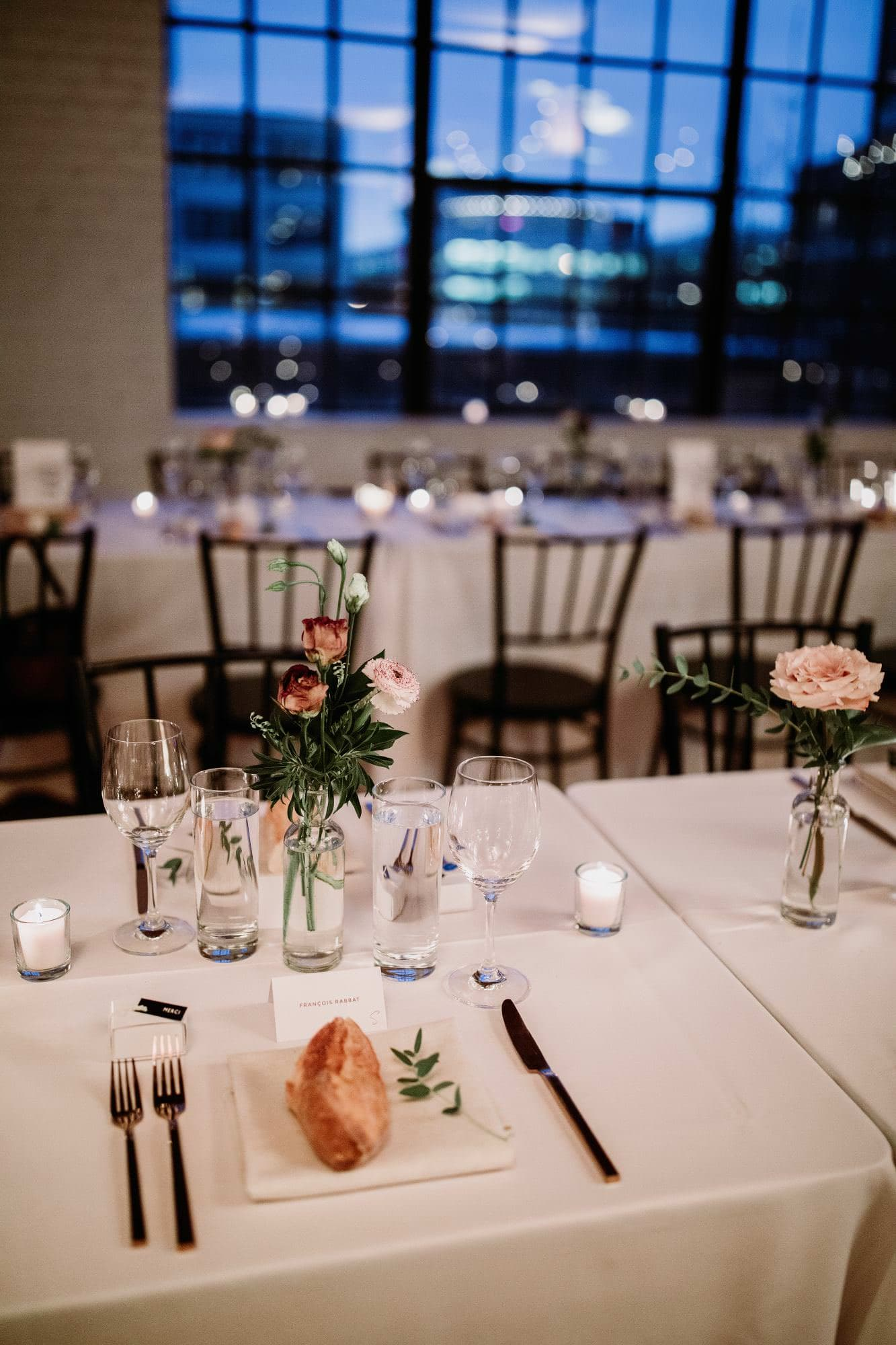 Florals at a table at an industrial wedding at Parisian Luandry by espace 3550