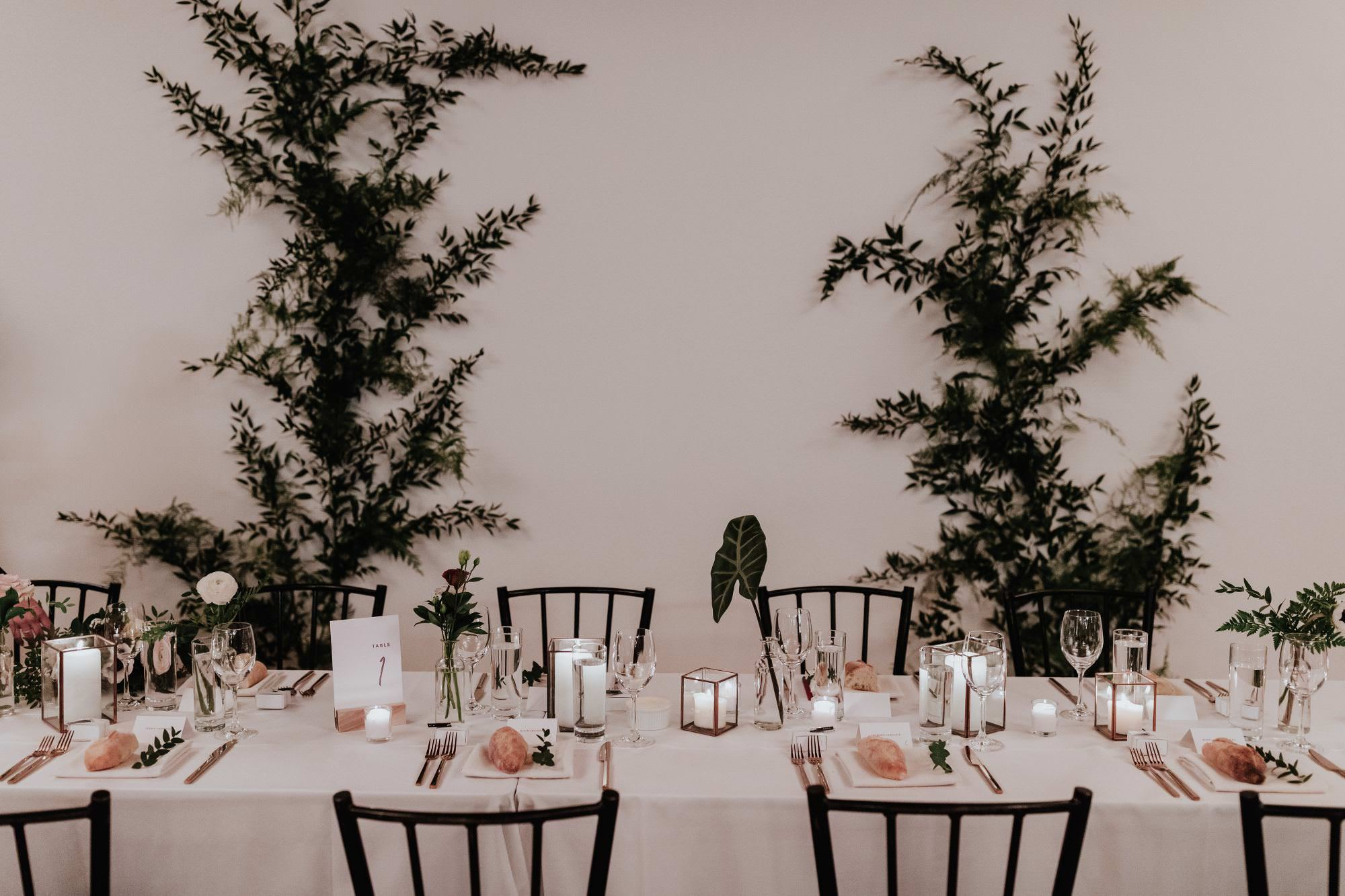 Wedding details and florals at the head table in Espace 3550 by Hera Mariages