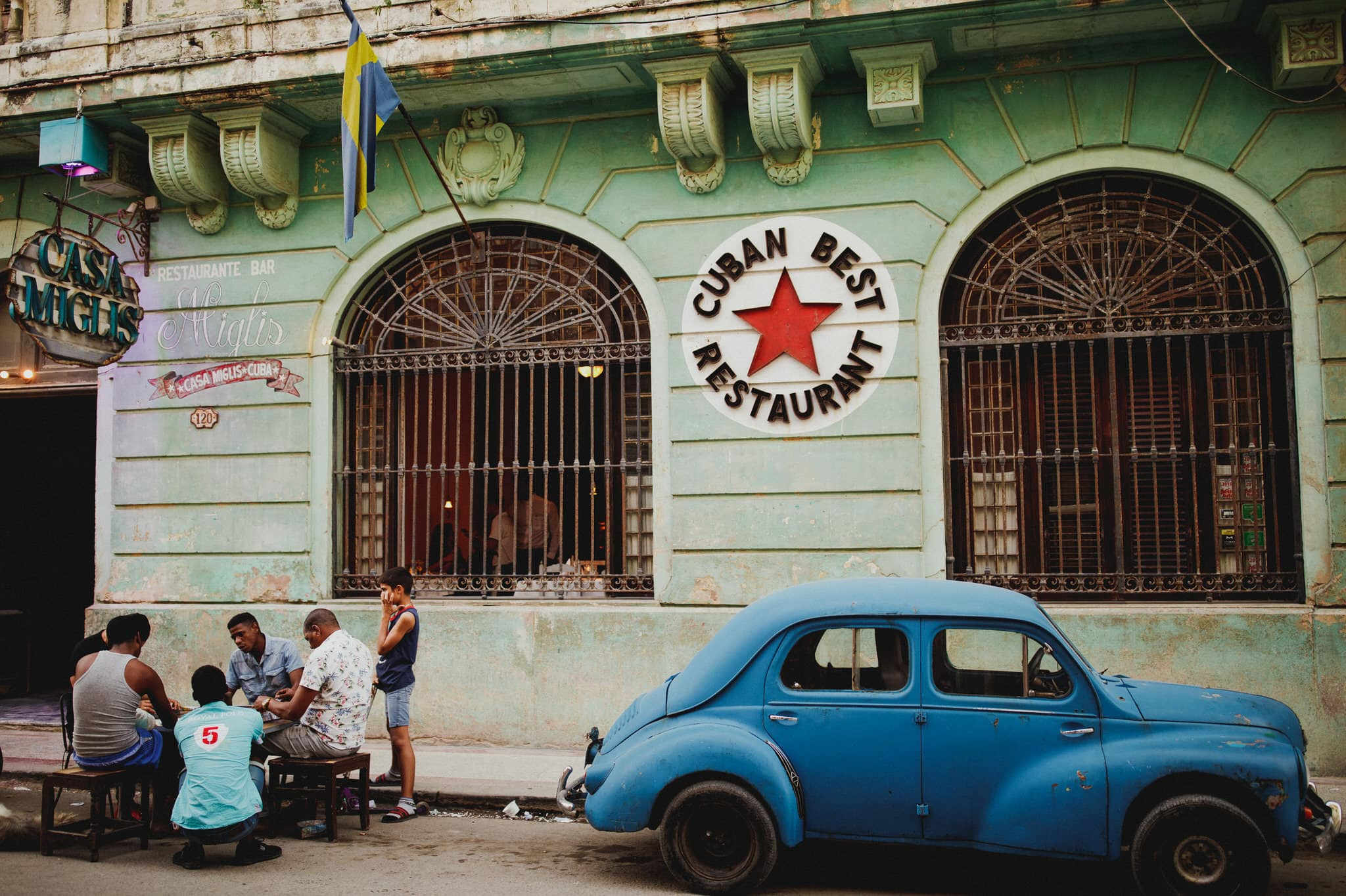 Classic cars and street photography in Centro Havana. Travel photographer Brent Calis.